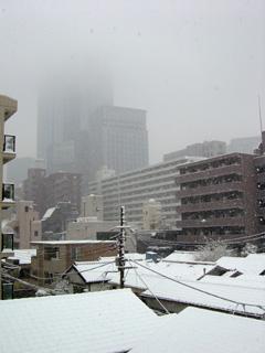 雪空に隠れたビル