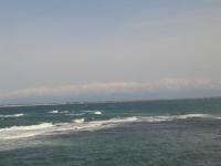 富山湾越しに海に浮ぶ雪化粧の立山連峰