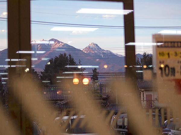 スーパーの中から見る八ヶ岳連峰
