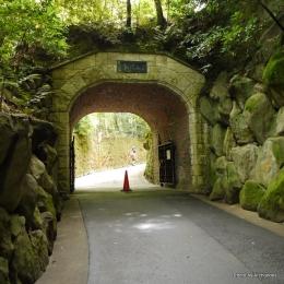 美術館入口のトンネル
