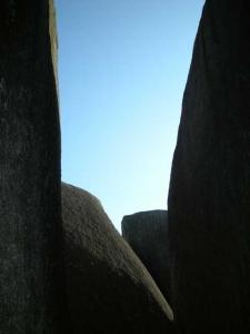 巨石の中から見た