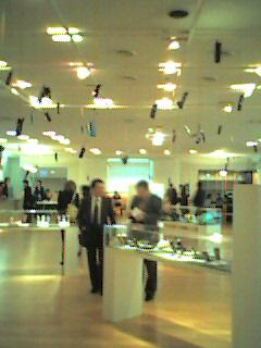 東京オペラシティタワー4FNTTインターコミュニケーションセンターの展示物:ポケベルやケータイがぶら下げられたアートな空間です。