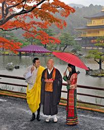 【京都】ブータン国王夫妻、雨の金閣寺を参拝(画像あり)