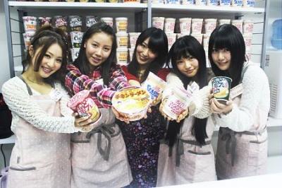 アイドルがお湯注いだカップラーメンを800円出して食べる店、オープンで行列も…東京・秋葉原