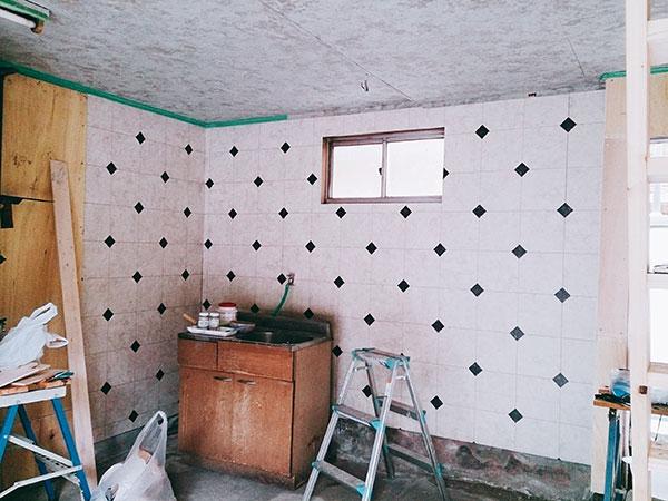 クッションフロアを壁に貼る