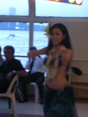 TOMOの歌のバックにハワイアンダンス