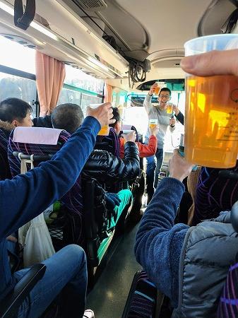 バスの発車と同時にカンパイ!