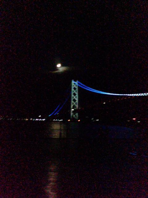 フェリーから深夜の明石海峡大橋をみる