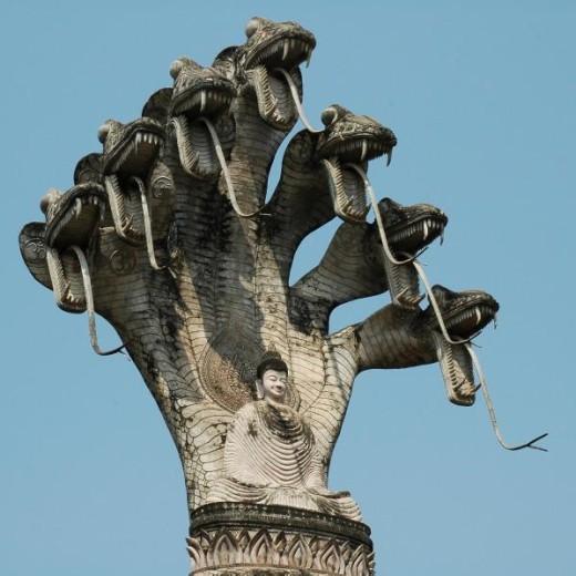 ナーガに守られている仏陀.jpg