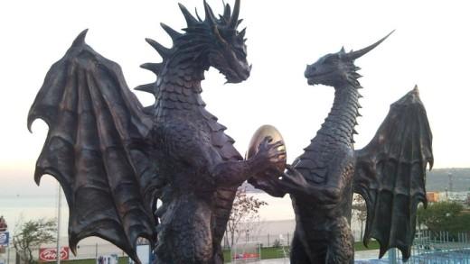 ブルガリアのドラゴン像ズメウ.jpg