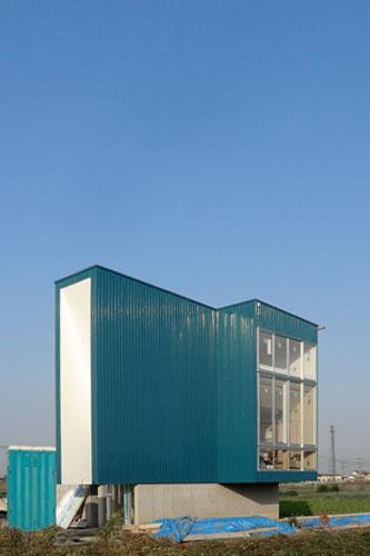 群馬県 太田市 伊勢崎市 桐生市 尾島 青い外壁 家 コンクリート 建築家 建築設計事務所 デザイン 大きい窓