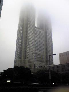 雨に消える都庁。