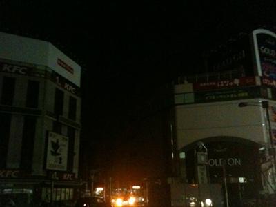 駅前も真っ暗。