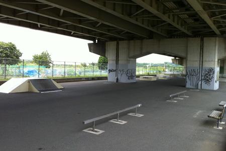 2011.07.24:新見沼大橋有料道路下スケートパーク;全景