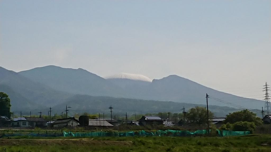 一昨日の冷え込みで上の方だけ白くなった浅間山