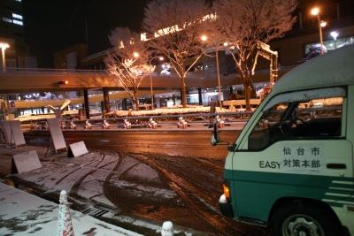 18日夜、仙台駅前
