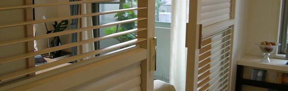 木製可動ルーバーとガラス洗面化粧台のライル