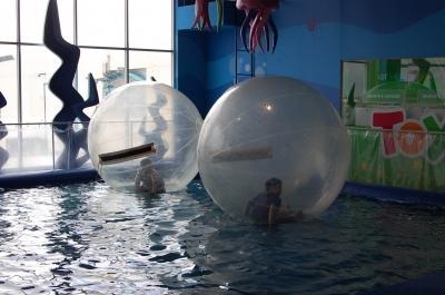 風船に入ってプールに浮かぶ