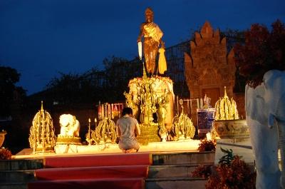 チャマテヴィ女王の像
