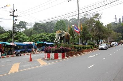 寺院手前の象の像