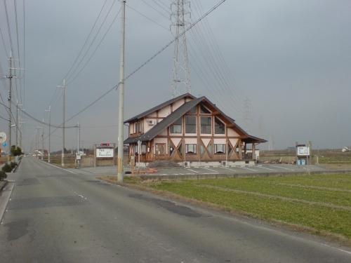 ログハウス風の外観周りは六条麦畑