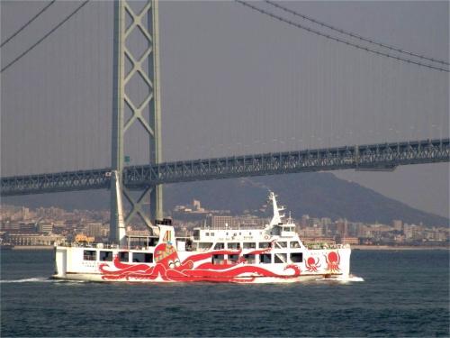 明石海峡大橋の下を運航中