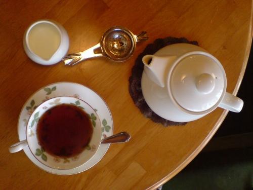 紅い紅茶。ウエッジウッドの器で…。うんまいぞ。