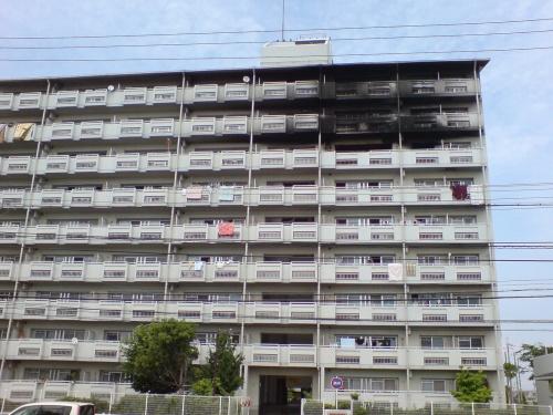 7・8・9階のバルコニーが真っ黒