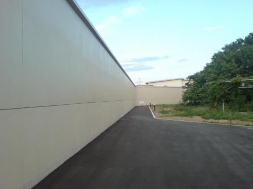 塀はタカーイ