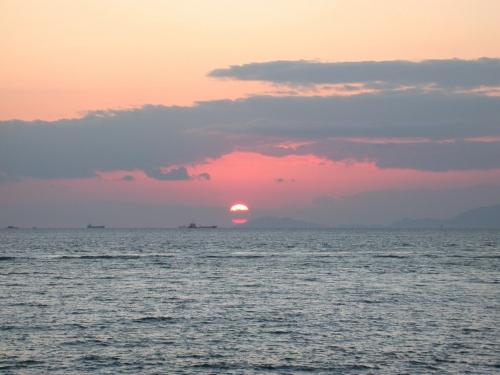 工業地帯の海に沈む夕日