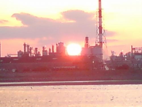 まぶしい太陽。場所によっては人工島に沈んでいく