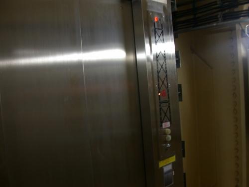 当たり前だがエレベーターはいかにも業務用で愛想がない