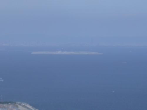 空港島をズームしてみるとさすがにはっきり写らない。デジカメが古い