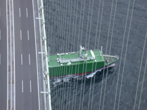 変わった形の船が通過していく。潮流が早いので進行方向によっては燃費が悪い