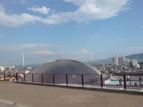 プラネタリウムのドーム越しに明石海峡を望む