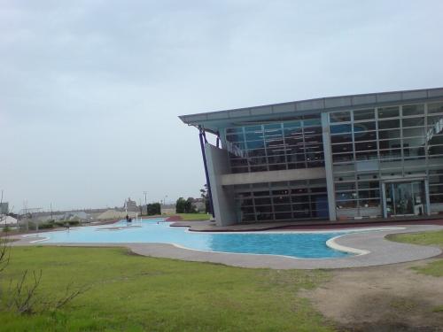 海側には浅いプールというか水遊び場もある