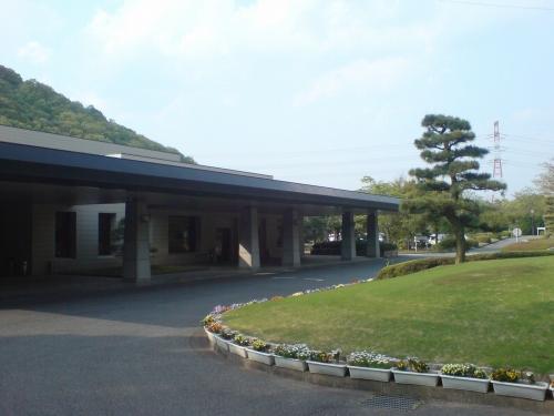 加古川斎場車寄せと築山
