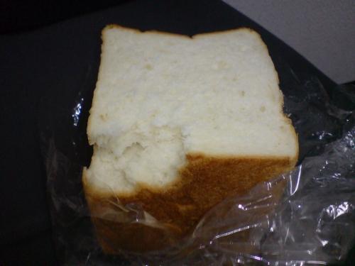 外も中もしっとり…でも、焼きたてと翌日では全然ちゃう。トースト好きは切って冷凍するなら早めに〜。