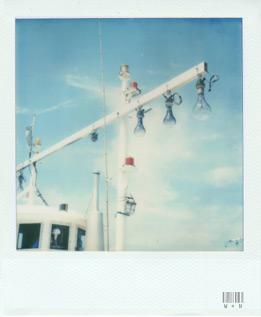 船と空と電球。