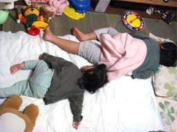 同じ格好で寝てる兄妹