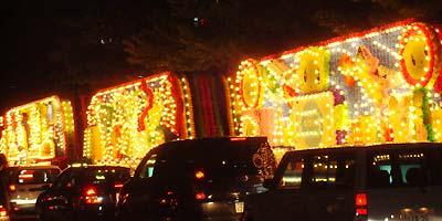 電飾鮮やかな花バス。なぜかニモカばかり綺麗に撮れる(--;