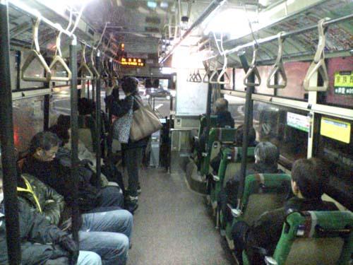始発のバスでっせ(-_-;)