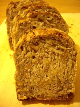 全粒小麦粉サワー種で新玉ねぎと胡桃のパン 切ったとこ