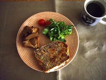 サワー種の玉ねぎ胡桃パンでブランチ