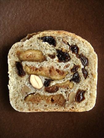 酒粕サワー酵母で作った無花果レーズン胡桃アーモンドパン