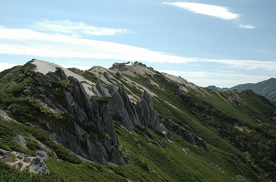 燕岳から燕山荘を望む