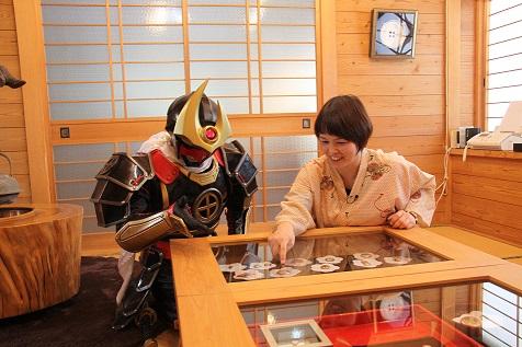 薩摩剣士隼人、薩摩ボタンに興味津々