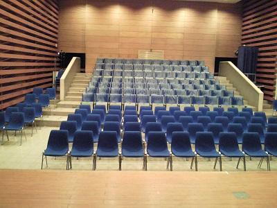 誰もいない小ホール、舞台から