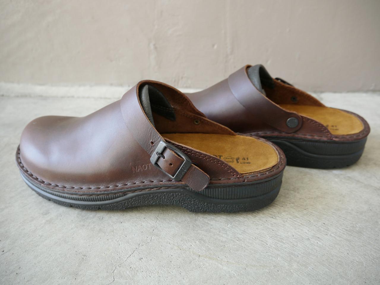 履き心地が良く、脱ぎ履きが便利で日常履きにはぴったりの靴です。 ベルトは、かかとにまわして引っ掛けて履くこともできます。  ソックスとの組み合わせも、いろいろ