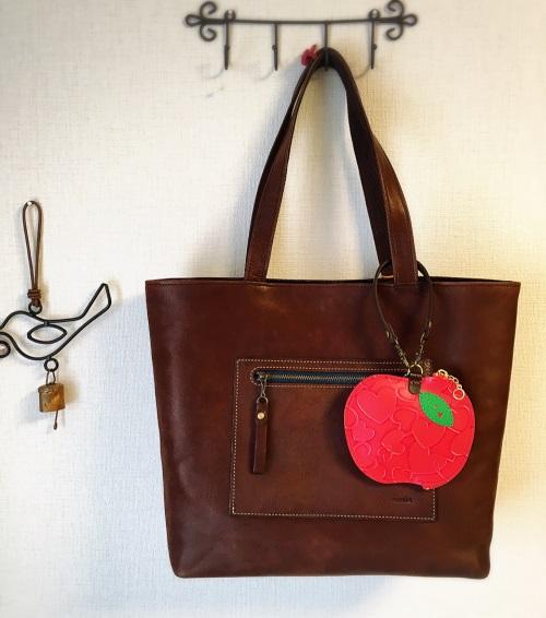 りんごパスケース なないろレザークラフト
